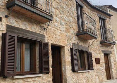 Mallorquinas de aluminio color nogal en Burgos vista de perfil.