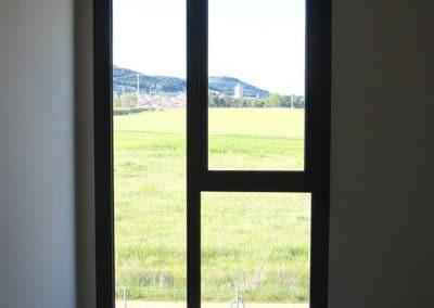 Cerramiento en carpintería de aluminio color grafito, con ventana de una hoja abatible (Dueñas)