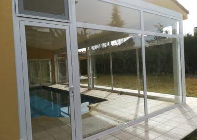 Cerramiento en carpintería de aluminio para piscina en Valladolid.