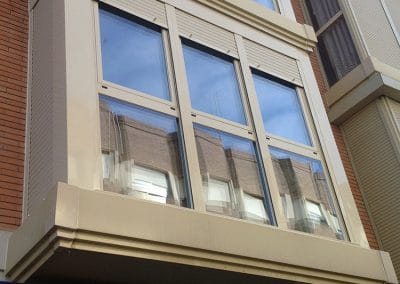 Galería en Carpintería de Aluminio, color marfil con ventanas abatibles de RPT y cristal bajo emisivo