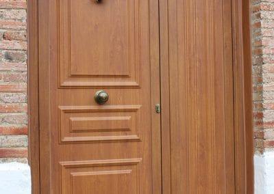Puerta de entrada clásica imitación madera en Dueñas (Palencia)