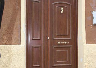 Puerta clásica imitación madera en Mazariegos (Palencia)